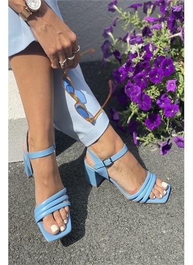 İnan Ayakkabı BAYAN ÜÇ BANT VE BİLEKTEN KEMER DETAYLI TOPUKLU AYAKKABI Mavi